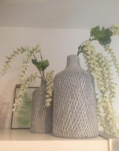 2 vaasjes grijs witte bloemen